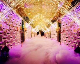 آتش بازی، نورپردازی ویژه و بخار در ورودی عروس داماد